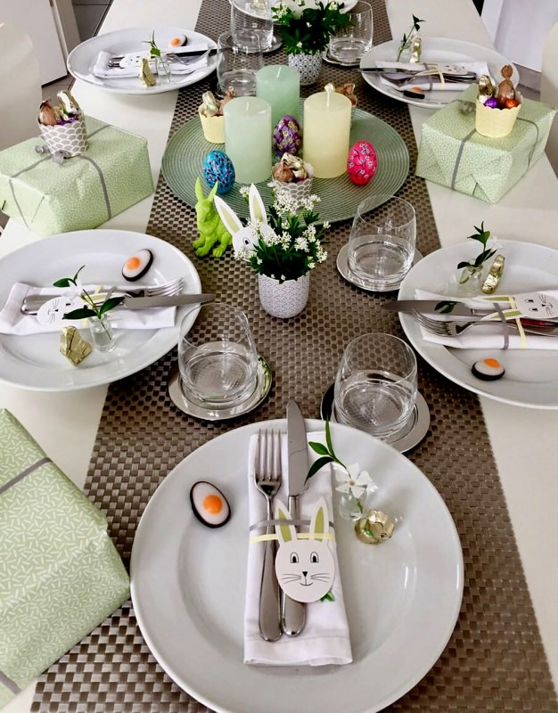 foto libera pixabay tavola di pasqua uova dipinte decorazioni candele tavola apparecchiata