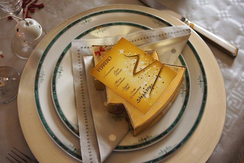 Come apparecchiare la tavola di Natale segnaposto cioccolatini ferrero rocher mise en place posate