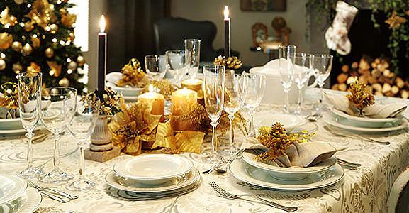 Antipasti di Natale: semplici e buoni tavola vigilia di natale feste natalizie capodanno bicchieri cristallo candele decori oro candele fiamma accesa piatti servizio posate albero di natale