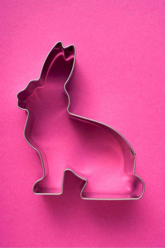 taglia biscotti stampo a forma di coniglio su fondo rosa