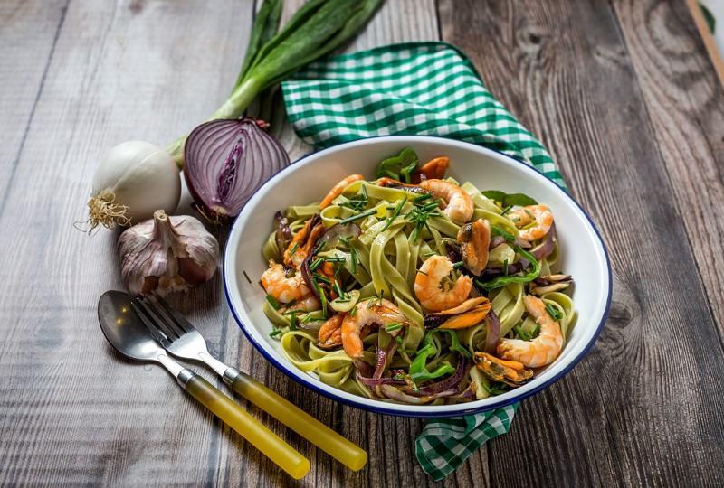 tagliatelle verdi con frutti di mare cozze e gamberi piatto pronto cipolla