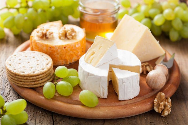 tagliere rotondo formaggi uva crackers noci