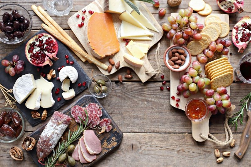 tagliere salumi formaggi noci olive melagrana uva grissini crackers antipasti