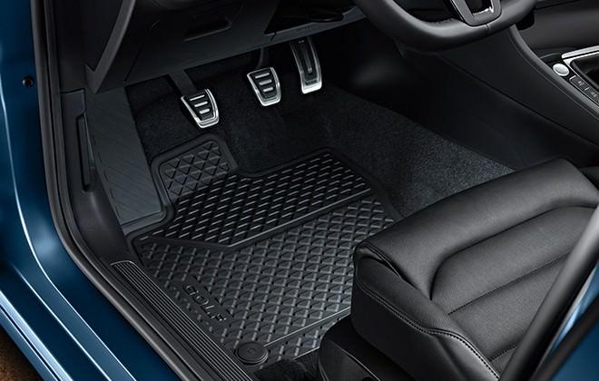 Guidi coi tacchi? Scegli tappetini per auto in gomma guidare in sicurezza