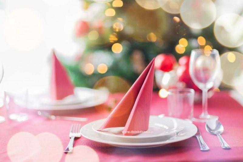 tavola apaprecchiata festa di Natale albero luci