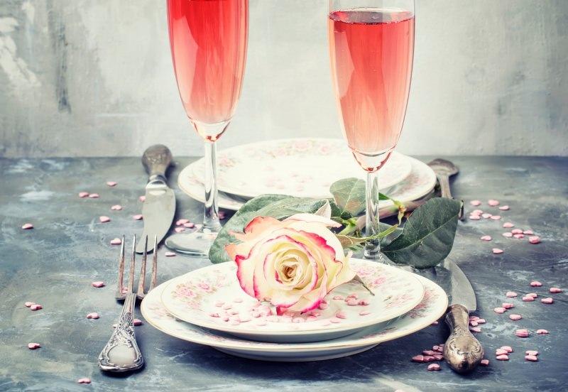 san valentino tavola apparecchiata posate argento festa spumante rosa piatti rosa bianca