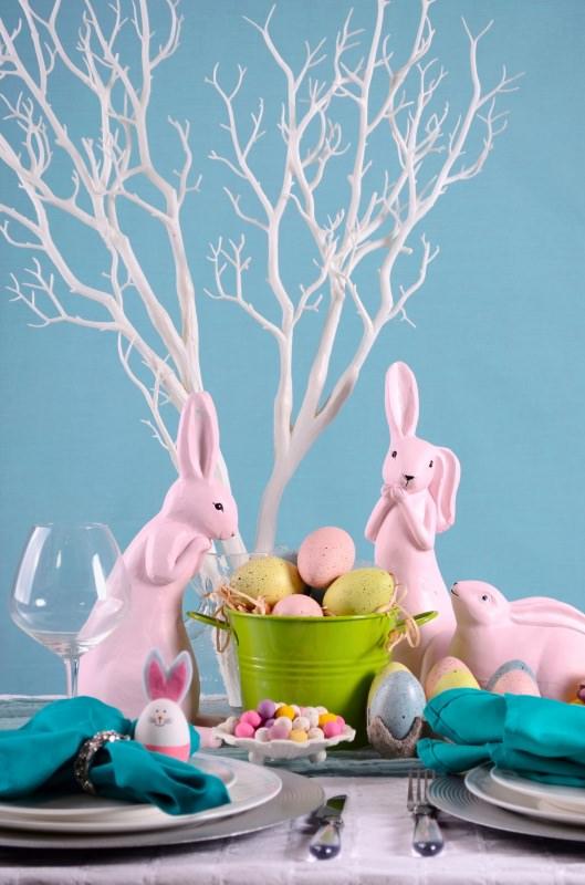 tavola apparecchiata Pasqua albero conigli uova piatti segnaposto coniglietto uovo