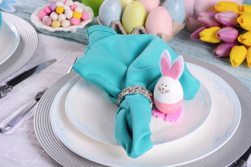 segnaposto portatovagliolo argento uovo a form di coniglietto tovagliolo turchese ovetti colorati