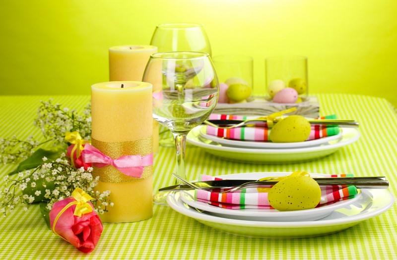 tavola apparecchiata quadretti verde rosa rossa candela oro fiori mughetto uova colorate calici piatti