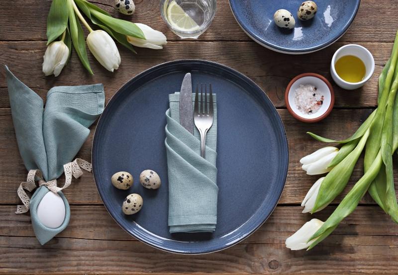set tavola apparecchiata segnaposto tovagliolo uovo tulipani bianchi uova quaglia
