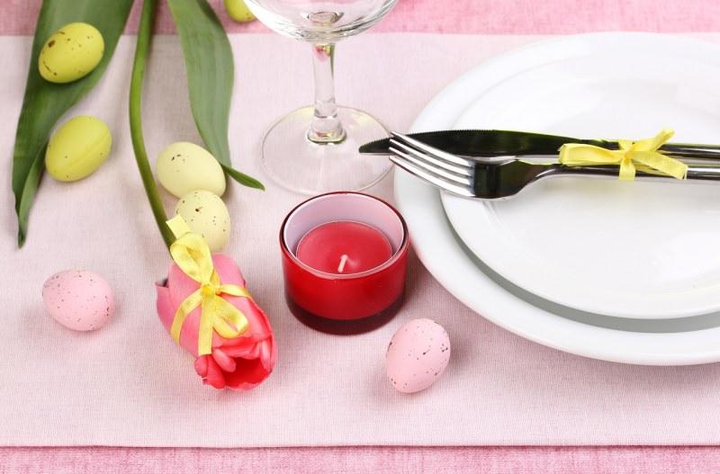 segnaposto pasquale tavola festa tulipano legato con nastro rosa candela rossa