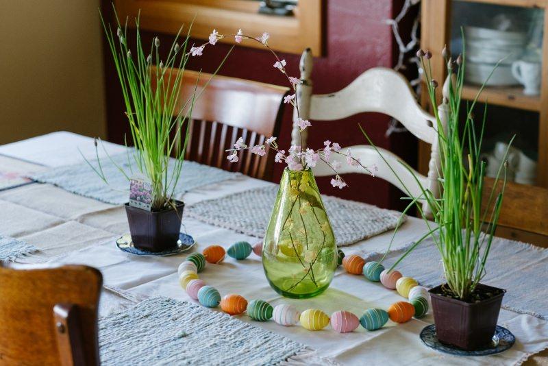 centrotavola pasquale vasi con piante e fiori uova colorate