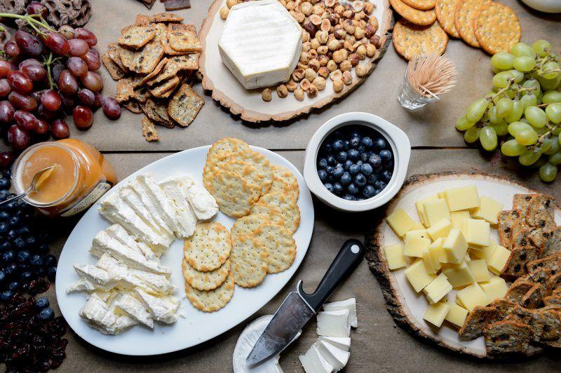 formaggi crackers uva marmellate nocciole mirtilli