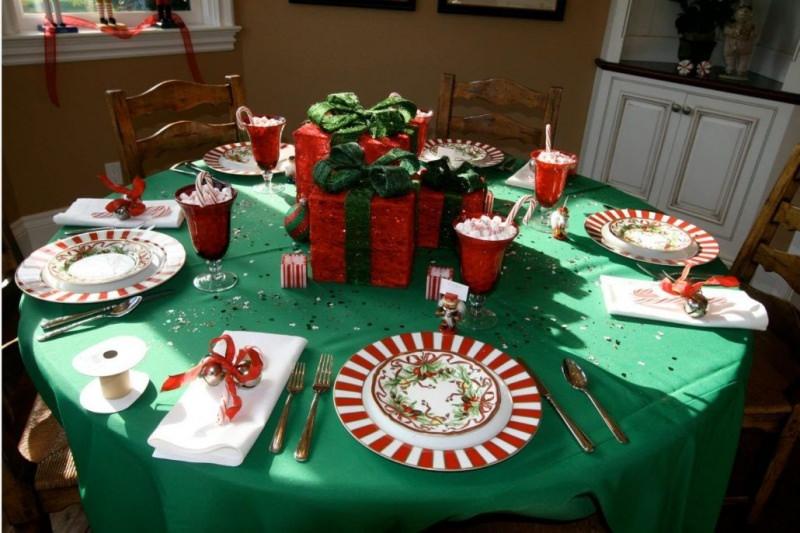 Come apparecchiare la tavola di Natale tovaglia verde centrotavola pacchi regalo bicchieri marshmallow zucchero