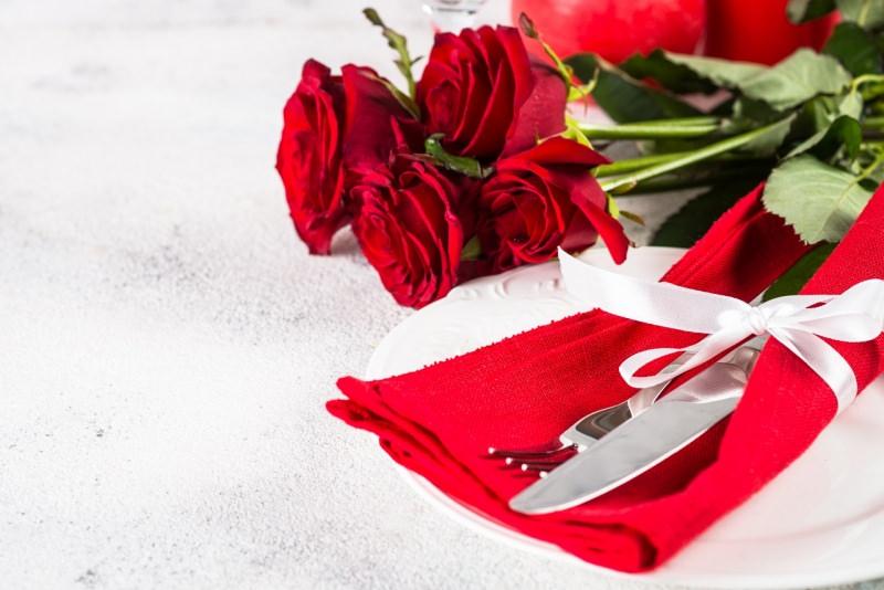 tavolosan valentino tovaliolo rosso bouquet rose rosse posate