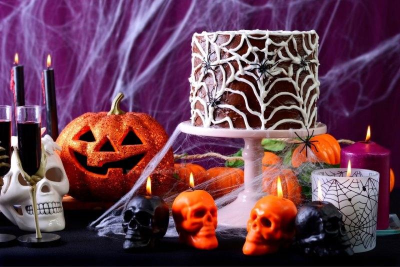 tavola di halloween candele nere torta cioccolato zucca techio bicchieri