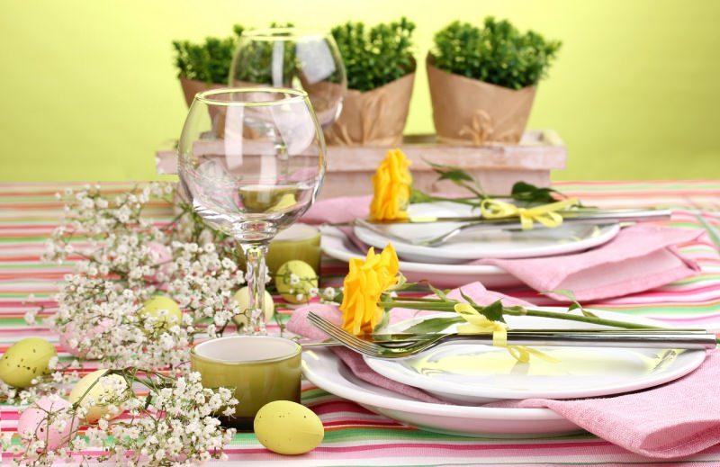 bella tavola apparecchiata a festa pasqua calici tazzina caffè uova colorate dipite pastello rosa gialla mughetto