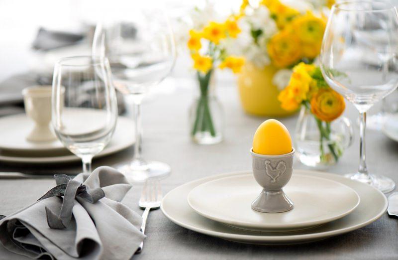 tavola di pasqua apparecchiata a festa uovo sodo giallo calici fiori narciso