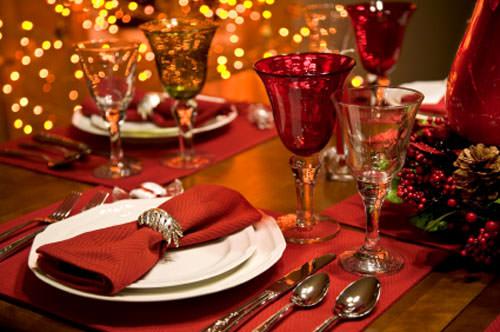 5 Antipasti natalizi semplici ed economici tavola imbandita apparecchiata festa natale capodanno calici cristallo tovagliolo rosso posate piatti bianchi tovaglia rossa