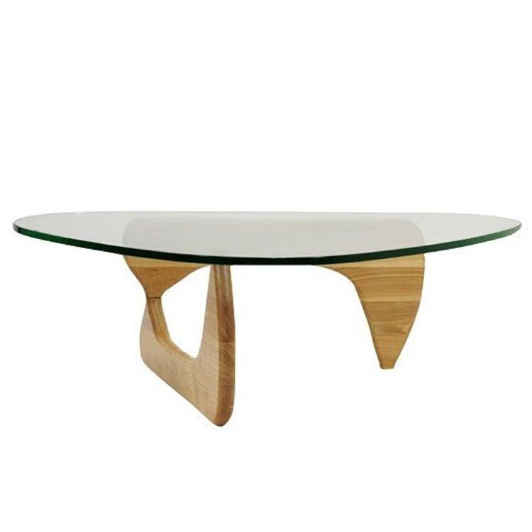 tavolino Noguchi, con piano di vetro su una base di legno, disegnato dal designer Noguchi Arredamento: vivere con stile il moderno