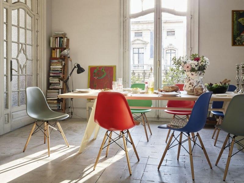 Arredamento: vivere con stile il moderno sala da pranzo sedie design colorate rosso verde blu tavolo rettangolare legnopane latte piatti bianchi