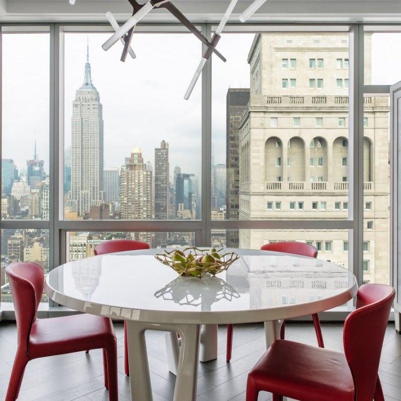 one Madison residence DHD Interiors foto Guillaume Gaudet tavolo sedie rosse cesto pere finestre Arredamento: vivere con stile il moderno