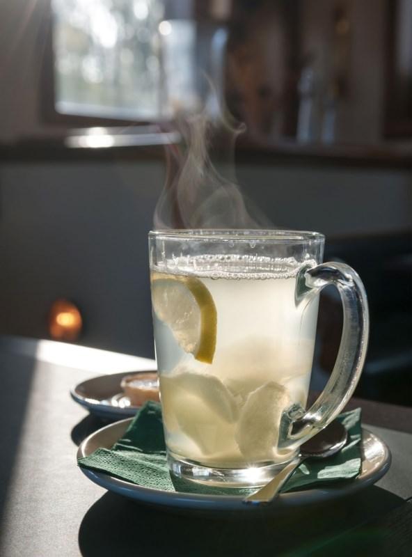 tazza acqua calda fumantecon fette di limone