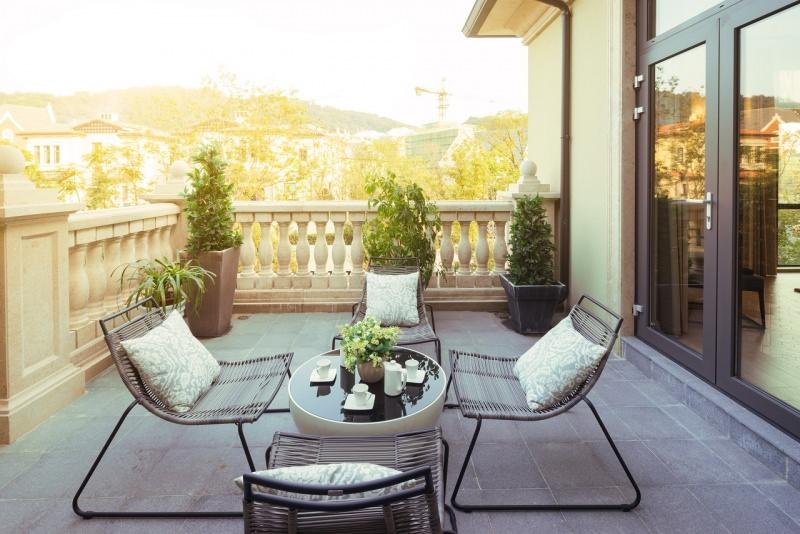 terrazzo arredato moderno sedie tavolo ferro cuscini tramonto