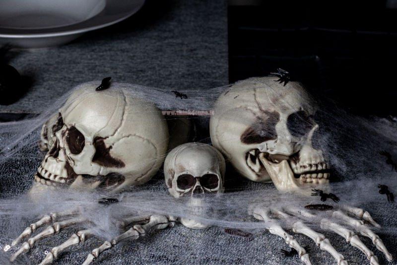 halloween scheletri teschio centrotavola ragnatela piatto tavola