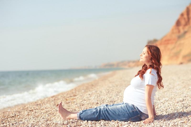 Tiroide: tutto ciò che devi sapere durante la gravidanza donna incinta mare iodio jeans