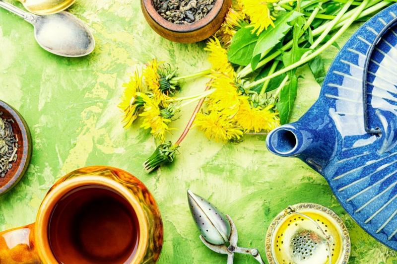 tisana tarassaco dente di leone teiera ceramica blu cucchiaio fiori gialli tazza