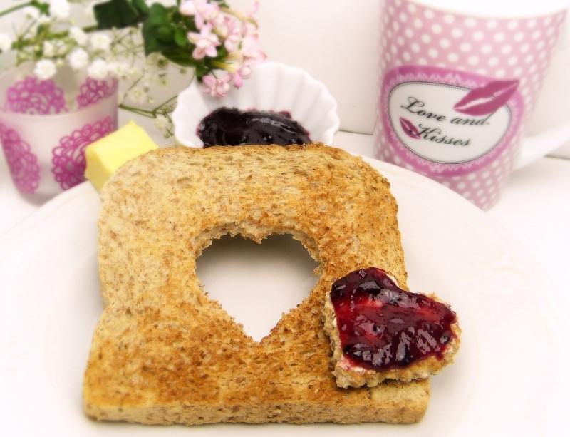 toast colazione confettura di fragole cuore