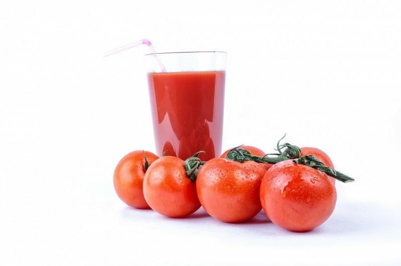 Conosci la dieta del pomodoro? Come perdere peso in pochi giorni benefici pomodori succo bicchiere vetro cannuccia