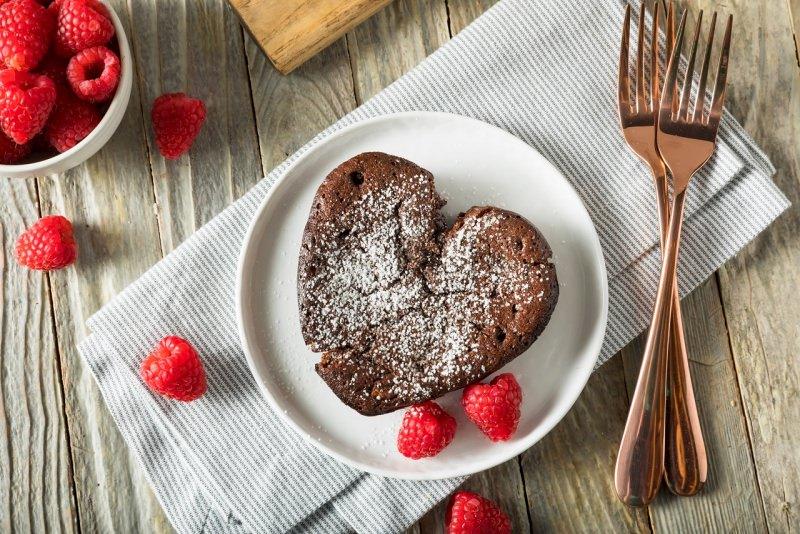 torta cioccolato a forma di cuore con lamponi