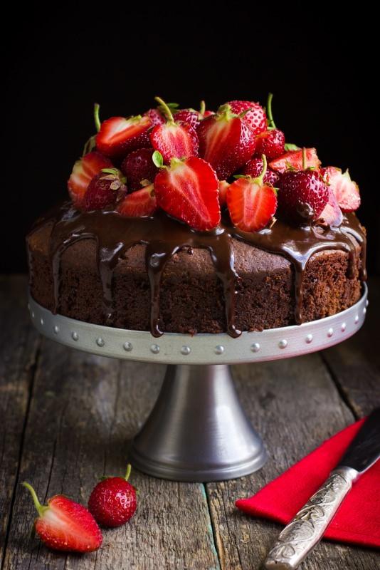 torta cioccolato e fragole fresche alzatina