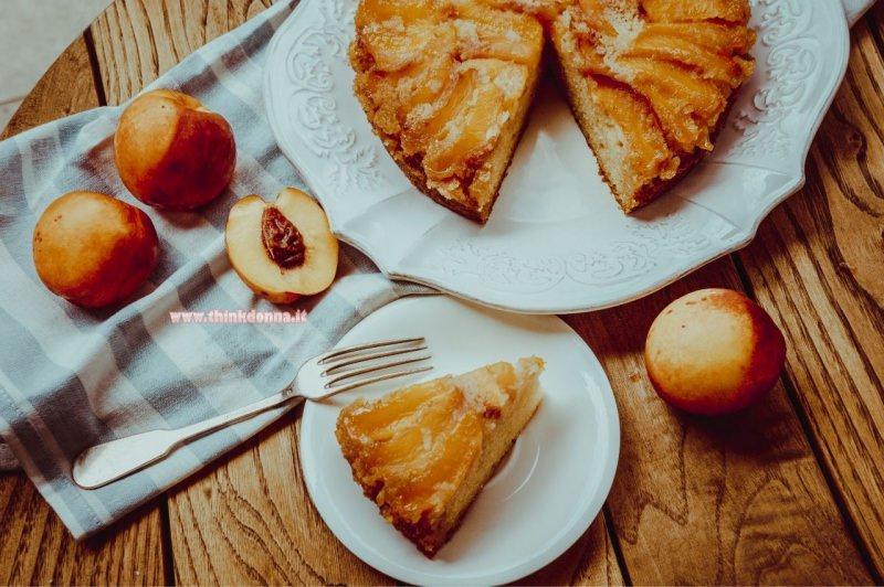 torta morbida alla pesca dolce dessert tagliere legno