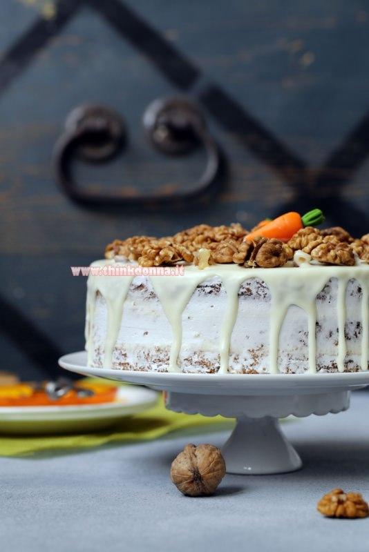 torta di carote e noci con crema al mascarpone alzatina per dolci ceramica bianca