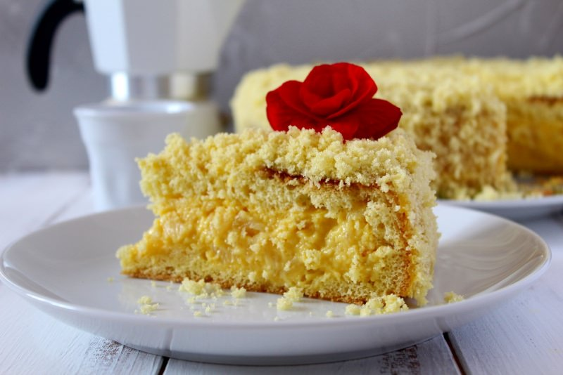 fetta torta mimosa rosa rossa particolare dolce caffettiera moka tazzina