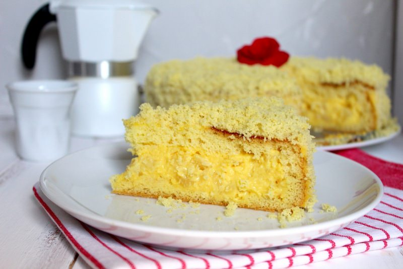 fetta torta mimosa dolce dessert caffettiera moka tazzina porcellana bianca