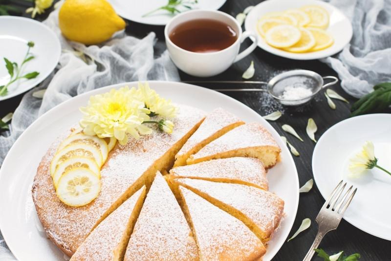 torta limone farcita tavolo tè fiori