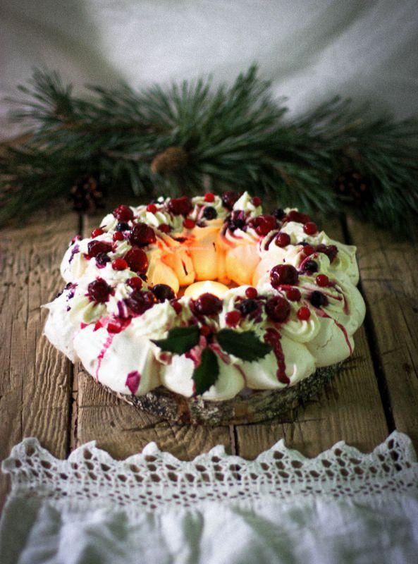 corona torta pavlova di natale frutti rossi ramo abete