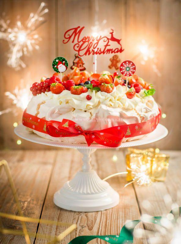 torta pavlova di natale scritta merry christmas alzatina ceramica bianca meringa panna montata nastro rosso luci led