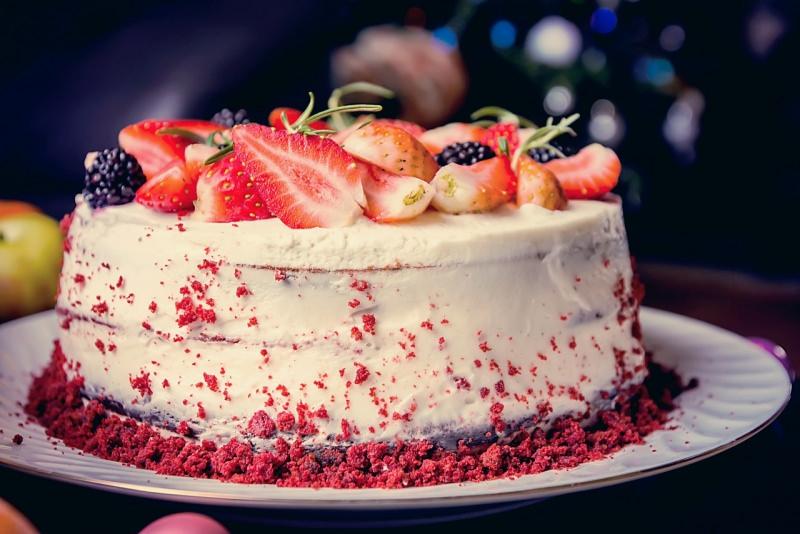 red velvet cake farcitura crema decorazione frutta fresca fragole more