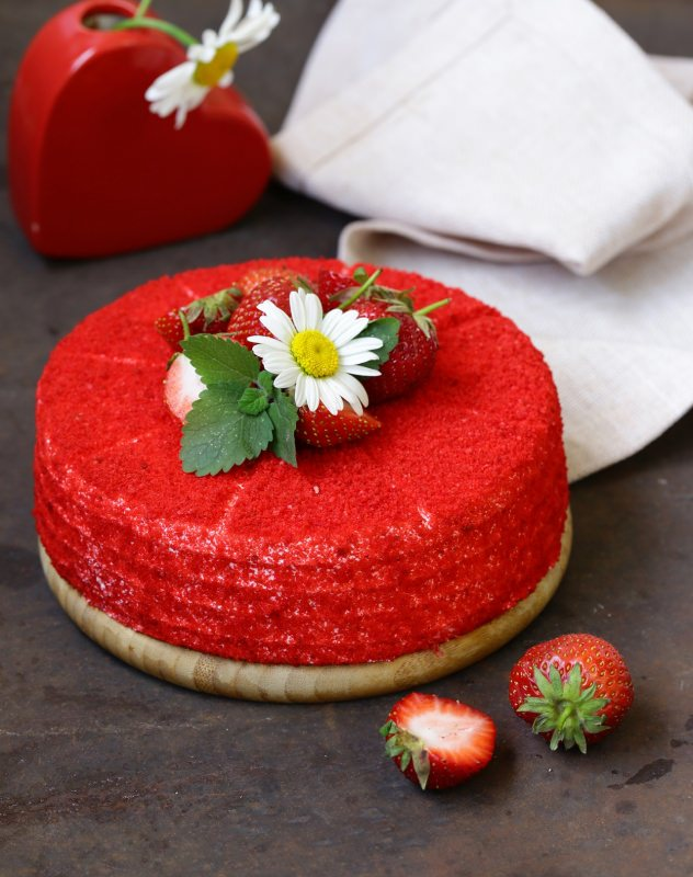 red velvet cake torta velluto rosso dolce vaso margherita fragole