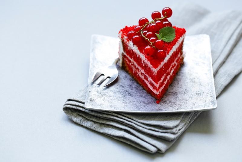 red velvet cake torta velluto rosso fetta ribes forchetta