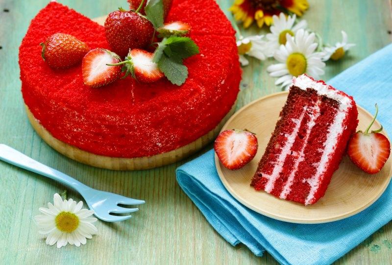 red velvet cake torta velluto rosso fragole margherita fetta
