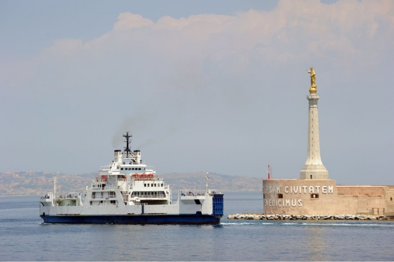 traghetto lascia porto di Messina mare