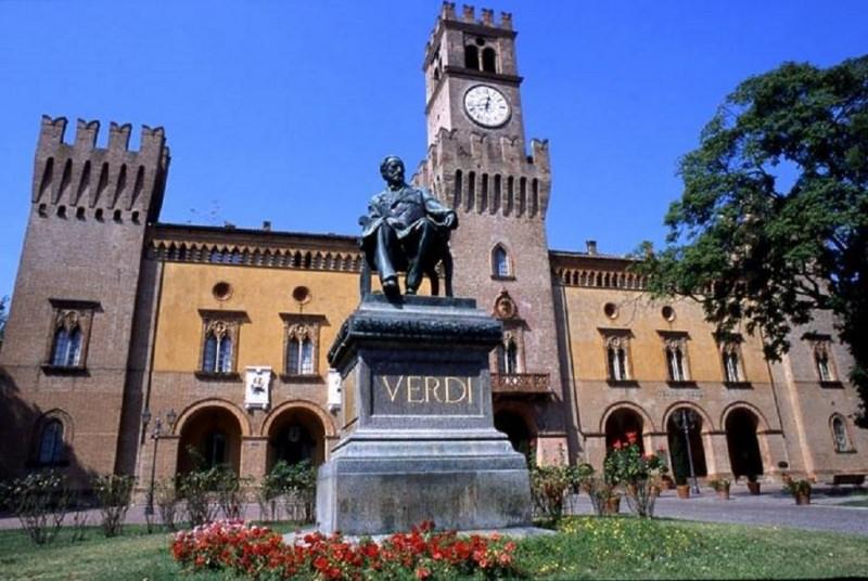 Gite scolastiche per bambini: quali sono le mete migliori? Roncole di Busseto provincia di Parma statua Giuseppe Verdi piazza