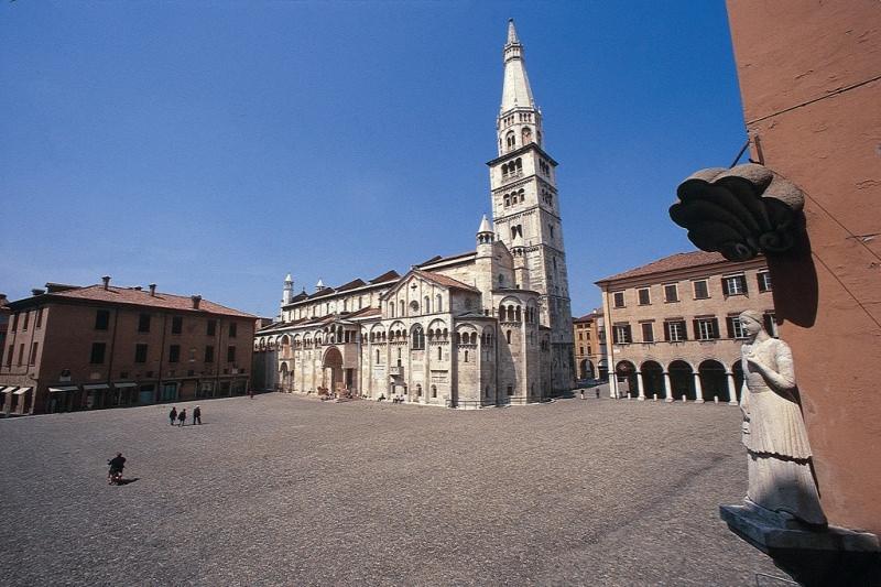 Gite scolastiche per bambini: quali sono le mete migliori? Modena piazza grande Duomo Torre Ghirlandina