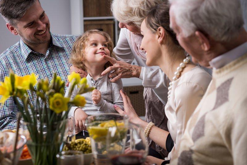 tre generazioni famiglia pranzo pasqua mamma papà nonni figlia nipote